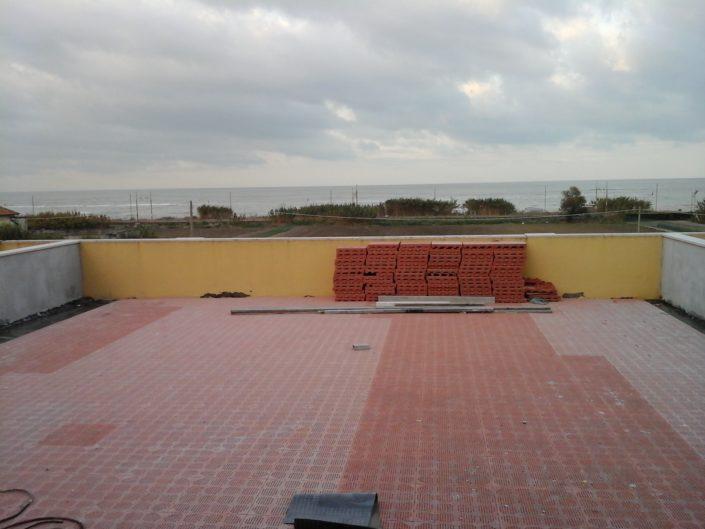 Terrazzo con i due muretti di confine